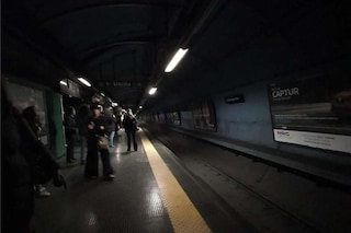 Napoli, ancora problemi per la Linea 1 della metro: luci spente e treni a passo d'uomo