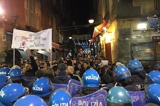 Salvini a Napoli, spintoni tra attivisti dei centri sociali e forze dell'ordine
