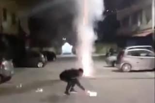 Pianura, festeggia la scarcerazione bloccando la strada con i fuochi d'artificio illegali