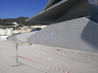 Crollano le mattonelle dal tetto della Stazione Marittima di Salerno: nessun ferito