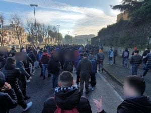 Gli studenti del Ferraris di Scampia in marcia verso la sede dell'Ottava Municipalità.