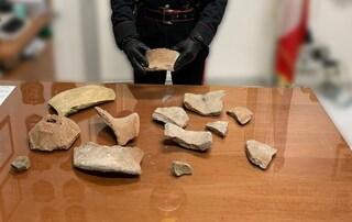 Ruba frammenti di vasi antichi dagli scavi di Pompei chiusi per l'emergenza coronavirus
