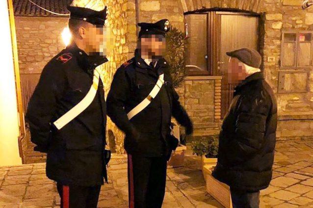 Coronavirus Napoli, vecchietto non sa fare la spesa online: lo aiutano i carabinieri