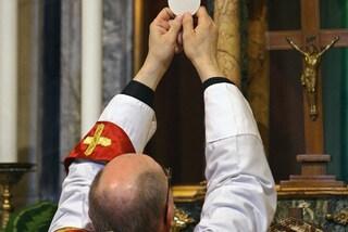 San Giorgio a Cremano, parroco preso a pugni mentre dà la comunione durante la messa