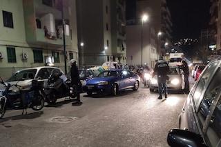 Napoli, posto di blocco anti coronavirus, dai balconi parte l'applauso ai poliziotti