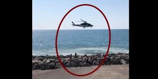 Sole in spiaggia a Salerno anziché stare a casa per il coronavirus: allontanati dall'elicottero