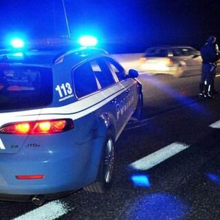 Polizia insegue e blocca due 15enni armati di pistola su un motorino rubato: denunciato