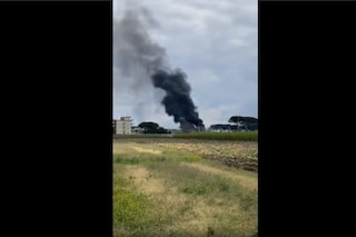 Giugliano, rogo di rifiuti nell'ex campo rom: enorme nube di fumo nero nel cielo