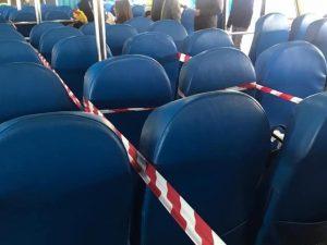 """I sedili passeggeri """"isolati"""" per rispettare la distanza di sicurezza."""