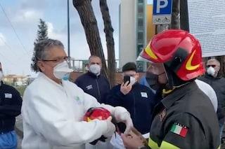 Napoli, l'omaggio delle forze dell'ordine e dei pompieri ai medici in prima linea