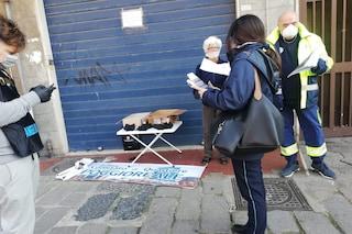 Covid19 Napoli, numeri verdi e volontari nei quartieri per aiutare chi è solo a casa