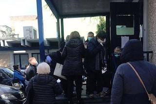 Controlli anti contagio al Policlinico di Napoli, fuori si crea la folla di pazienti oncologici