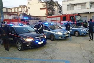 Al Loreto Mare le forze dell'ordine a sirene spiegate omaggiano medici e infermieri