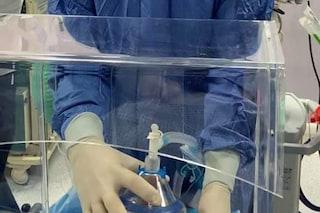 L'Asl Na2 crea una barriera per proteggere gli anestesisti dal virus, l'idea dalla Cina