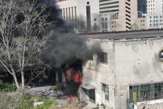Colonna di fumo nero a Gianturco: incendio nel campo rom nell'ex mercato ortofrutticolo
