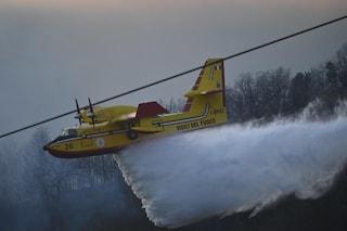 Incendio ai Camaldoli: Canadair prendono acqua a Mergellina