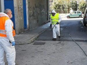 Dipendenti della NapoliServizi sanificano i rioni popolari di Napoli