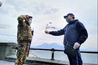 Napoli, la Palma della pace al soldato dell'Esercito che fa il saluto militare