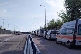 Napoli, ambulanze 118 in fila per ritirare tute anti-Coronavirus arrivate dopo le proteste