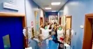 """Medici e pazienti ballano in corsia: """"Batteremo il coronavirus"""""""
