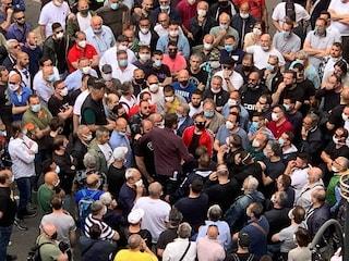 Sotto la Regione Campania centinaia di manifestanti. Ma De Luca qui non dice niente?