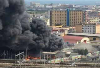 Napoli, incendio nell'area industriale a Gianturco: colonna di fumo nero copre la città