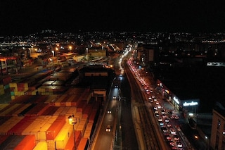 A Napoli notte di caos sul lungomare: auto in coda, folla e assembramenti