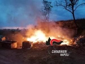 Il rogo di rifiuti scoperto n località Varcaturo, a Giugliano in Campania.