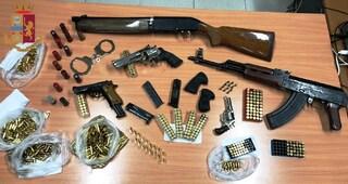 Napoli, arsenale scoperto al centro storico: armi nascoste in una parete