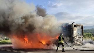 Benevento, autobus in fiamme sulla Telesina: era diretto a Roma