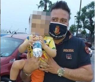 Torre Annunziata, bimbo di 2 anni rischia di soffocare con una patatina: salvato da un poliziotto