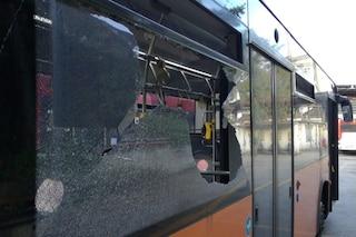 Sassi contro bus Anm 182 nel napoletano, distrutto un finestrino