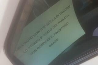 Napoli, l'avviso ai ladri in auto: 'Lo stereo è stato già rubato, non rompere il finestrino'