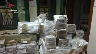 """""""Troppa gente in quella casa"""", i carabinieri scoprono 200 chili di hashish: valgono 1 milione"""