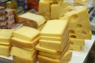In carcere telefoni e droga nascosti nel formaggio, scoperta a Poggioreale e Avellino