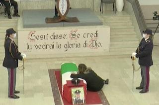 I funerali del poliziotto Pasquale Apicella in diretta. Le lacrime della moglie Giuliana