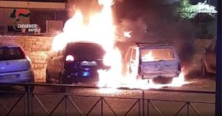 Dava fuoco alle vetture parcheggiate: arrestato un piromane di automobili