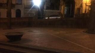 A Lauro troppi assembramenti, il sindaco fa smontare le panchine in piazza: è polemica