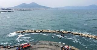 Napoli, lungomare pulito addio: schiuma bianca in mare