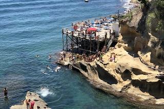 Napoli, folla di bagnanti sugli scogli a Marechiaro: assembramenti e niente mascherine