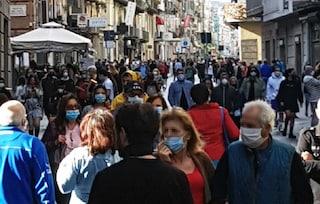 Napoli mascherata: oggi tutti in strada. Tenere le distanze è impossibile. E anche innaturale