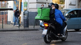 Finti rider trasportavano droga nello zaino, arrestati nel centro di Napoli