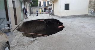 Orta di Atella, nella notte si apre una voragine nella strada, famiglie sgomberate