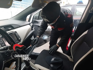 Tentano di rubare un'auto, poi fuggono contromano: inseguimento di 10 km con i carabinieri