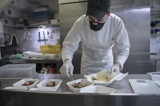 Campania, ordinanza De Luca: asporto ristoranti, consegne consentite fino alle 23