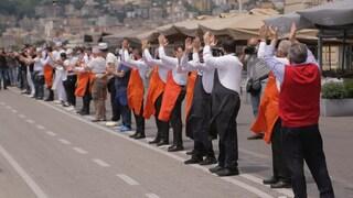 Napoli, riaprono i ristoranti del Lungomare dopo 72 giorni: applauso per chi combatte il Covid