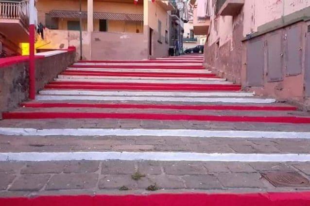 La scalinata di Largo Gabella del Pesce, a Torre del Greco, vandalizzata con i colori della squadra locale.