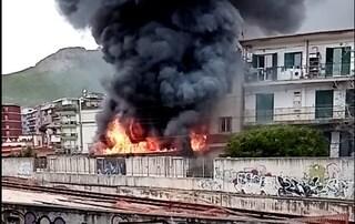 Incendio a Soccavo, a fuoco deposito: vasta nube nera sull'area flegrea