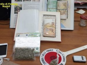 Soldi della droga libri fiabe arrestato pusher Reddito Cittadinanza