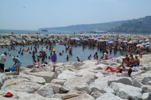 Divieto di balneazione a Napoli: in tanti lo ignorano e si tuffano nel mare